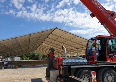 Leeres Zelt beim Gäubodenvolksfestaufbau mit Kran Völkl